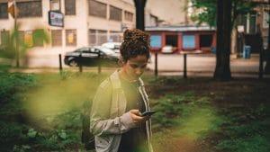 درونگراها پیام متنی را به مکالمهی تلفنی ترجیح میدهند